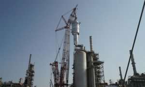 Mammoet installs 740t reactor at Sohar refinery